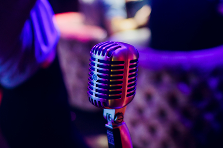 microphone on a stand up comedy stage with reflectors ray, high contrast image Banque d'images - 114254119