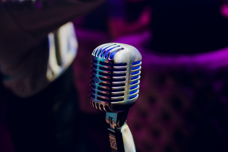 microphone on a stand up comedy stage with reflectors ray, high contrast image Banque d'images - 114254120