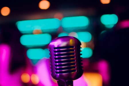 microphone on a stand up comedy stage with reflectors ray, high contrast image Banque d'images - 114254121