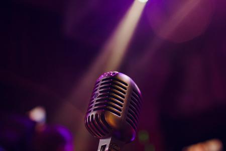 microfono su un palco comico con riflettori ray, immagine ad alto contrasto