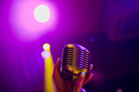 microphone on a stand up comedy stage with reflectors ray, high contrast image Banque d'images - 114254149