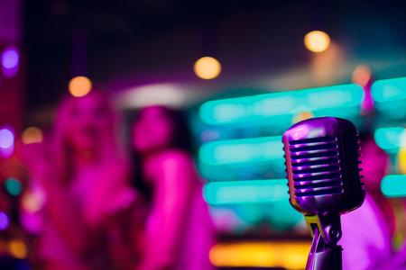 Micrófono en un escenario de stand up comedy con reflectores de rayos, imagen de alto contraste