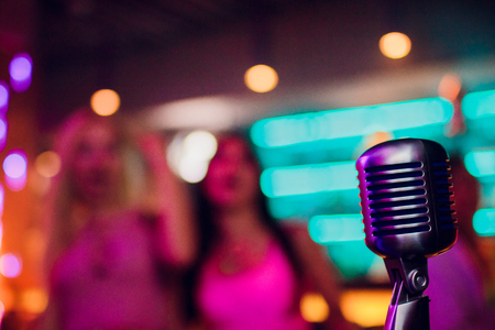 microphone on a stand up comedy stage with reflectors ray, high contrast image Banque d'images - 114603847