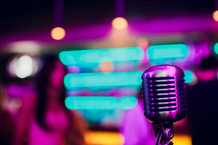 microphone on a stand up comedy stage with reflectors ray, high contrast image Banque d'images - 114602973