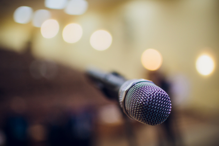 microphone on a stand up comedy stage with reflectors ray, high contrast image Banque d'images - 114264334