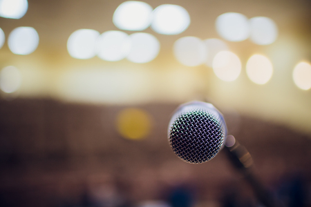 microphone on a stand up comedy stage with reflectors ray, high contrast image Banque d'images - 114264358