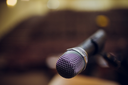 microphone on a stand up comedy stage with reflectors ray, high contrast image Banque d'images - 114254535