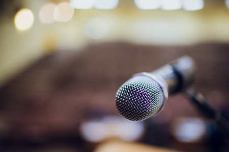 microphone on a stand up comedy stage with reflectors ray, high contrast image Banque d'images - 114254608