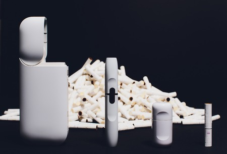 The new technology cigarette, hybrid cigarette, heatsticks, tobacco, new device device cleaning kit. Banque d'images