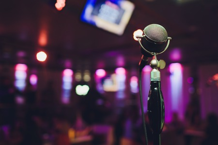 Retro microphone against blur colorful light in pub and restaurant background Banque d'images