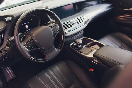 Autoinnenraum. Moderner Autotacho und beleuchtetes Armaturenbrett. Luxuriöses Kombiinstrument für Autos. Nahaufnahme der Instrumententafel des Autos