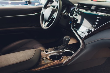 Innenansicht des Autos mit schwarzem Salon. Lenkrad, Auto Standard-Bild