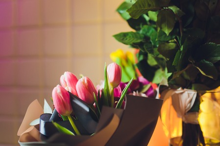 ramo de tulipanes frente a la escena de la primavera.