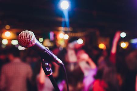 Mikrofon gegen Unschärfe auf Getränken im Pub- und Restauranthintergrund. Standard-Bild