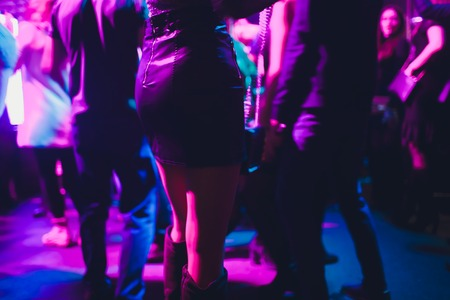 Nogi tańczących ludzi na imprezie.