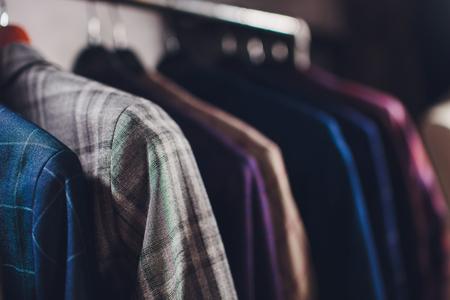 vestes de pièce sur cintre en studio de couture.