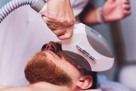 Giovane che riceve il trattamento di depilazione laser al centro di bellezza.