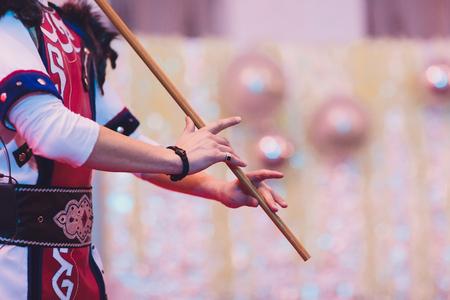 Mann in Tracht spielt nationales Musikinstrument. kurai.