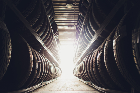 Sport und Transport Reifengummiprodukte, Gruppe neuer Reifen zum Verkauf in einem Reifengeschäft.