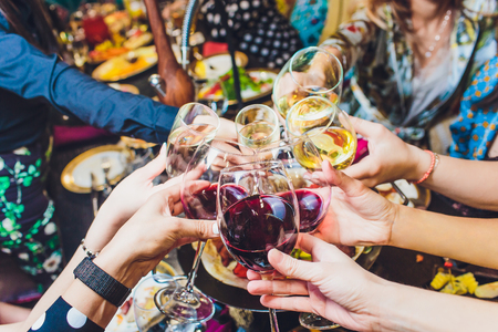 Verres de champagne dans les mains des gens à la fête.