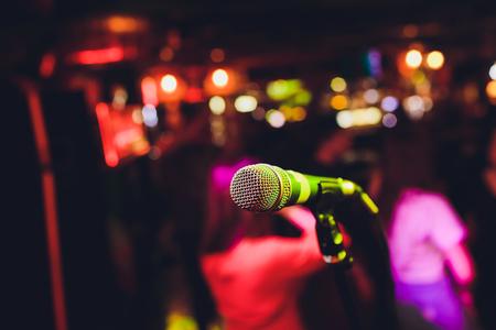 Microfono sul palco sullo sfondo dell'auditorium Archivio Fotografico