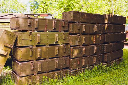 Boîtes vertes militaires contenant des explosifs dangereux, des armes à feu et des armes militaires, prêtes à être expédiées, dans une usine de fabrication de munitions.