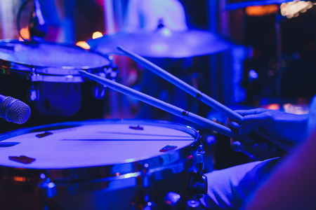 Drum kit on stage in the spotlight color Imagens - 124644667