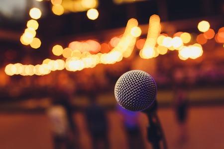 Mikrofon auf einer Stand-Up-Comedy-Bühne mit buntem Bokeh, kontrastreichem Bild