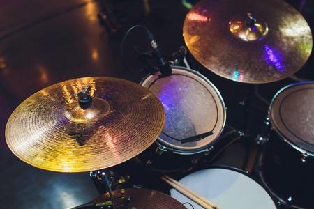 Modern drumstel op het podium voorbereid om te spelen