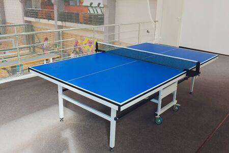 Mesa de tenis de color azul, primer plano vacío.