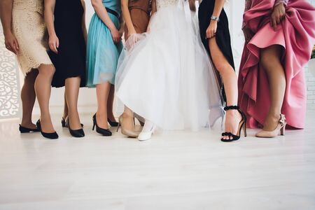 Cerca de elegantes piernas femeninas en el fondo. Foto de archivo