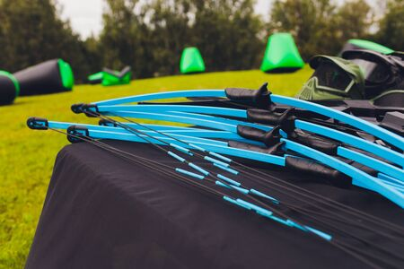 many Bow for shooting and arrows on the table for training in shooting against the background of the target. Standard-Bild - 131910121