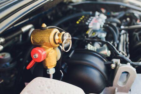 Los tanques de gas LPG, NGV están instalados en un automóvil para el sistema de 2 combustibles. Foto de archivo