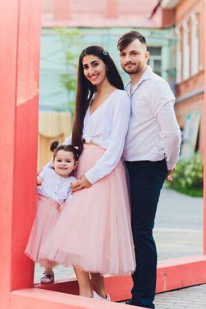 Happy Family profitant du temps en famille ensemble dans le parc. Banque d'images
