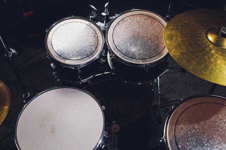 Nahaufnahme von Schlagzeuger und seinem Kit, der mit seiner Band live spielt. Standard-Bild
