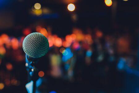 Zbliżenie mikrofonu w sali koncertowej lub sali konferencyjnej.
