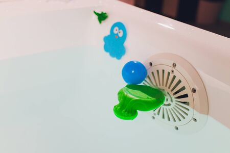 childrens toys in the bathroom with water. Standard-Bild - 131313573