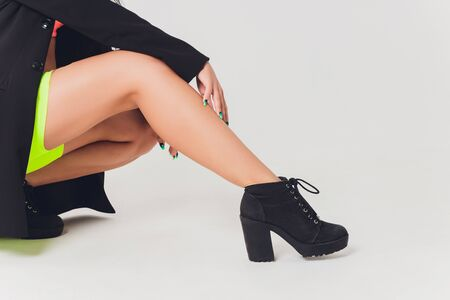 Close up shoes for pole dance with high heels on legs. Banque d'images - 131315372
