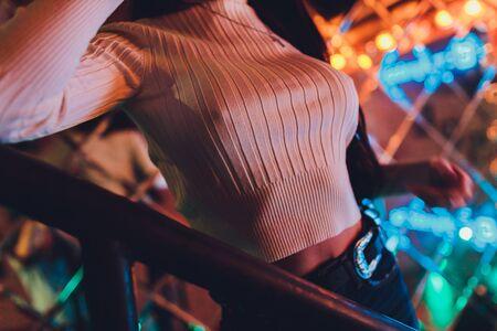 Damen und durch den eleganten Ausschnitt des weißen Damenkleides. sinnliches Brautkleid ohne BH und Unterwäsche oder Dessous. Der Schatten der Schnürsenkel auf der weiblichen Brust.