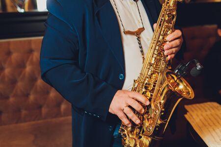 Instrumento de música clásica de saxofón Saxofonista con primer plano de saxo alto en negro.