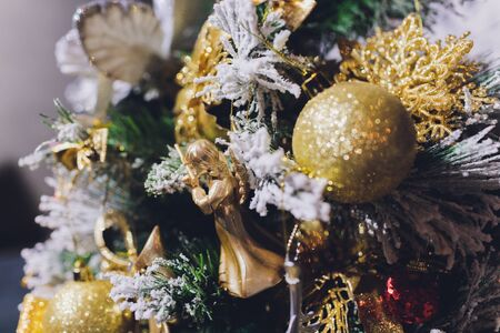 Gold Christmas background of de-focused lights with decorated tree Banque d'images - 135503220