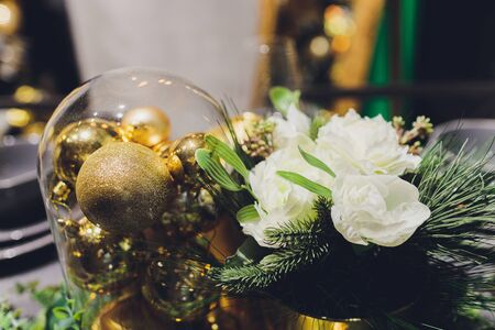 Gold Christmas background of de-focused lights with decorated tree Banque d'images - 135503627