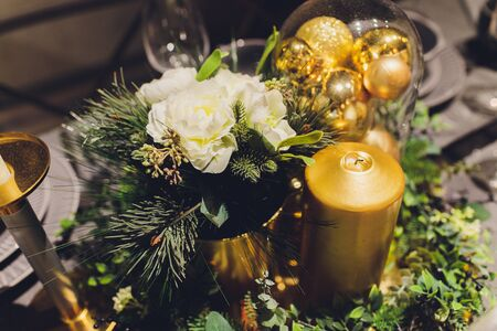 Gold Christmas background of de-focused lights with decorated tree Banque d'images - 135503681