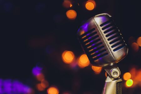 Lass uns singen Stilvolles Retro-Mikrofon auf farbigem Hintergrund