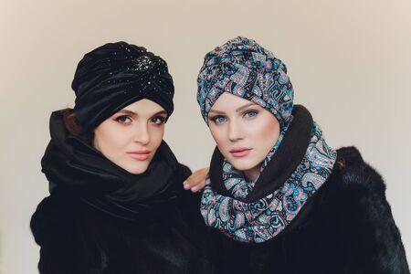 Foto di una signora araba sicura di sé in hijab, ti mostra la strada giusta, indica lo spazio vuoto con entrambe le dita anteriori, invita ad andarci, promuove lo spazio della copia Dai un'occhiata con me.