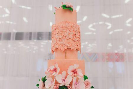 Köstlicher Kuchen auf selektivem Fokus der weißen Tischnahaufnahme. Standard-Bild