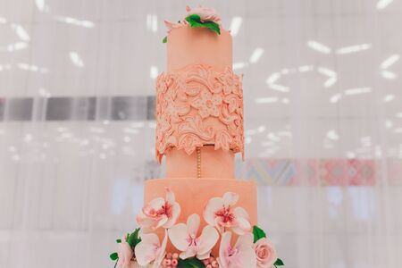 Pyszne ciasto na biały stół zbliżenie selektywne focus. Zdjęcie Seryjne