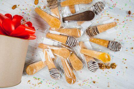 edible cutlery spoon. waffle cookies dessert close-up. 版權商用圖片