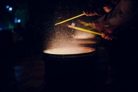 hands with drum sticks and drum man night Stockfoto