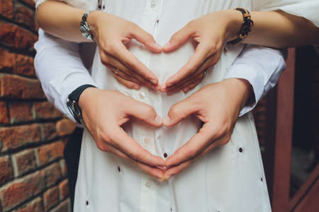 Closeup of couple making heart shape with hands. Imagens - 152450386